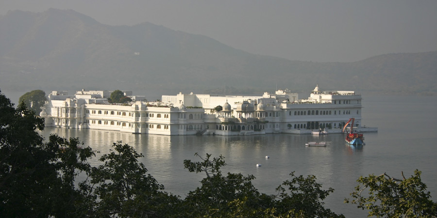 palace-hotel-on-lake-pichola