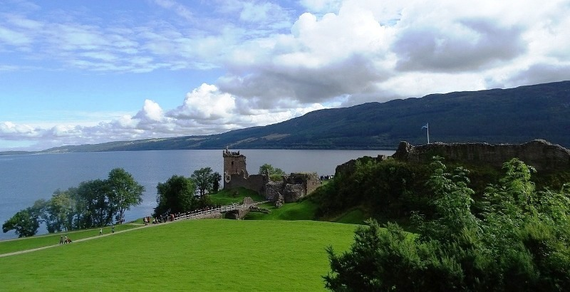Scotland: Urquhart Castle, weddings and monsters!